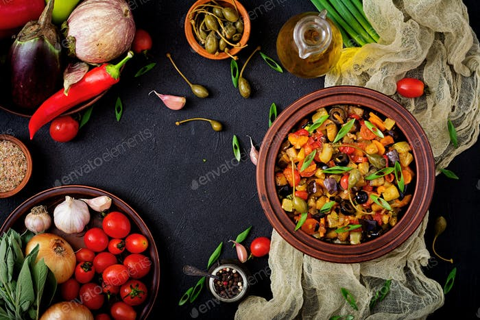 Heißer würziger Eintopf (Caponata) Auberginen, Zucchini, Paprika, Tomaten