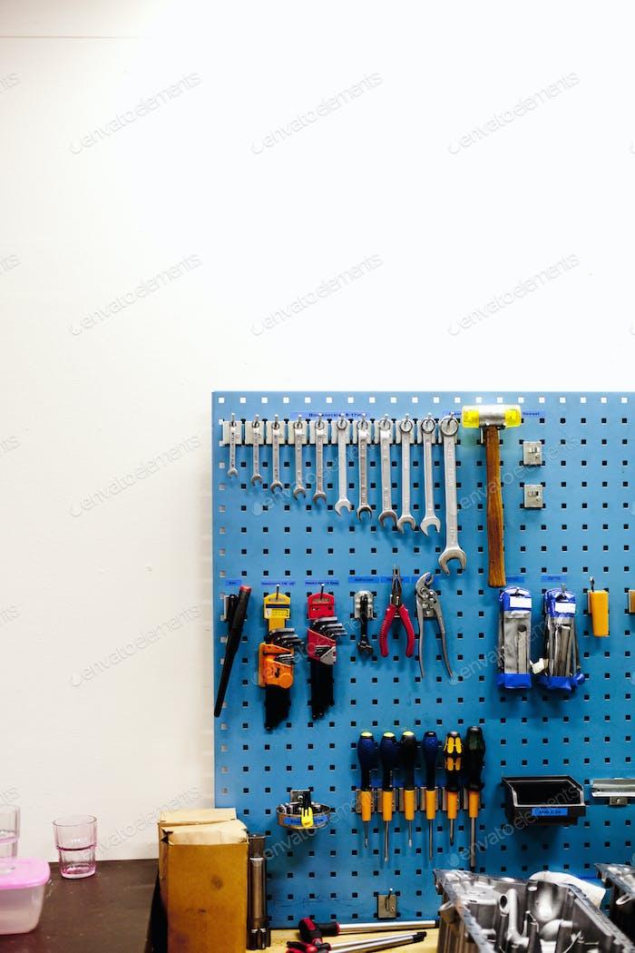 Verschiedene Werkzeuge hängen in der Werkstatt
