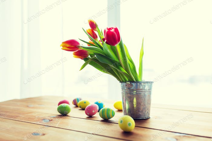 cerca de huevos de Pascua y flores en cubo