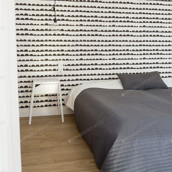 Gemütliches Schlafzimmer mit ausgefallenen Tapeten