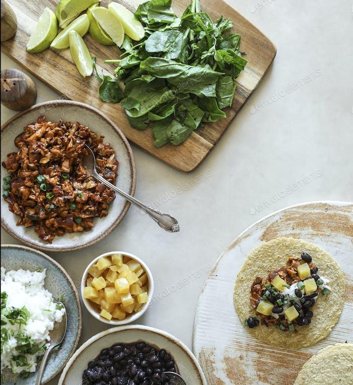 Hausgemachte vegane Taco Zutaten auf dem Tisch