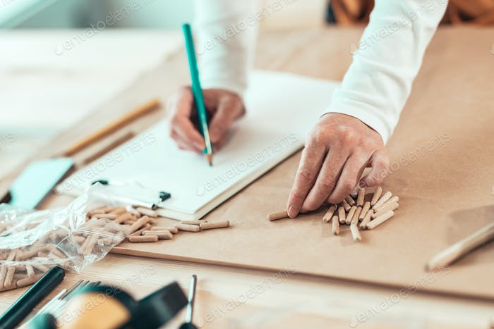 Weiblich Tischler arbeiten mit Holzdübeln