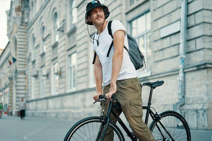 Ein Mann mit dem Fahrrad in einer alten europäischen Stadt im Freien