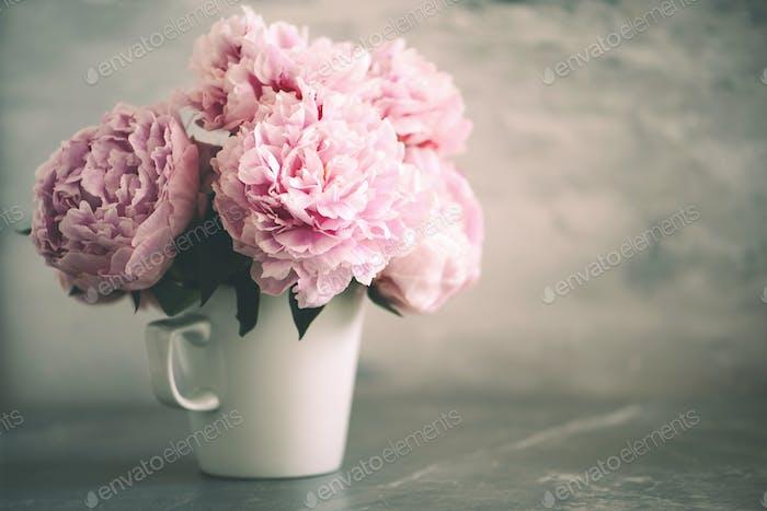 Hochzeit Geburtstag Jubiläum Blumenstrauß Rosa Pfingstrose Blume auf Marmor Hintergrund. Raum kopieren. Trendy