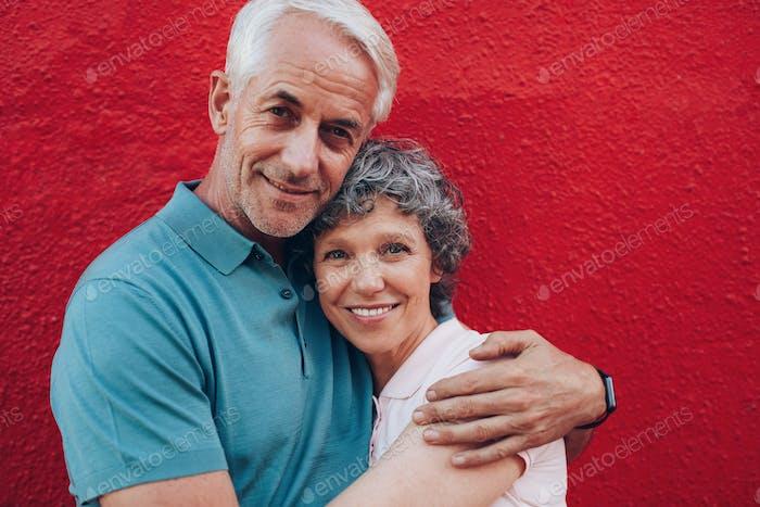 Liebevolle mittleren Alters Paar umarmen