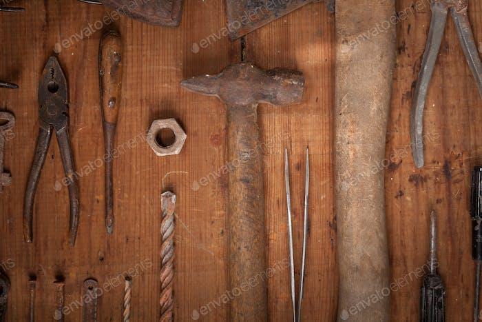Sammlung von Vintage-Tools auf Holzhintergrund