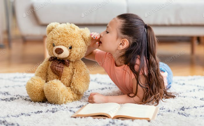 Asiatische Kid Mädchen Sharing Geheimnis Mit Teddybär Zu Hause