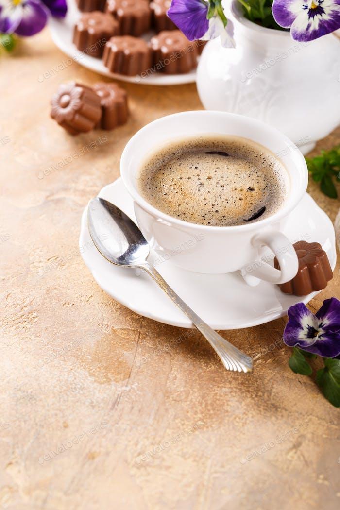 Tasse Kaffee mit Schokoladenbonbons