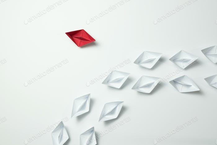 Denken Sie anders führend für Innovation und Kreativität Konzept