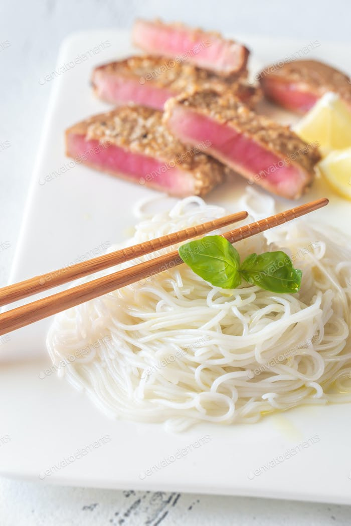 Rice noodles with fried tuna
