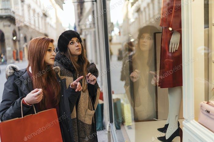 Glückliche weibliche Gruppe von Freunden beim Einkaufen zusammen