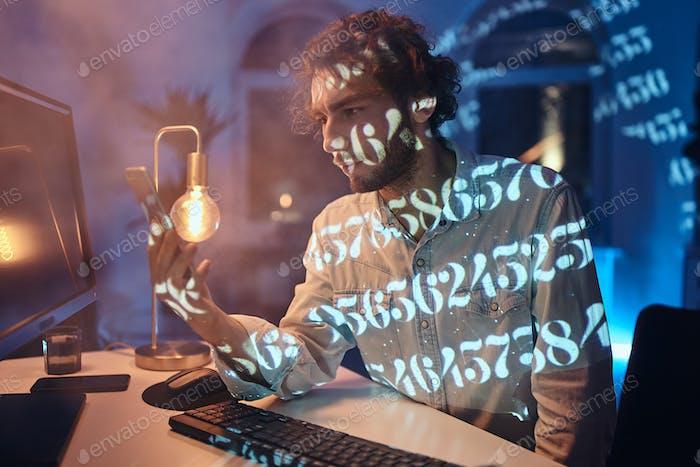 Berufliche Tätigkeit eines Mannes, der am Computer arbeitet und das Telefon benutzt