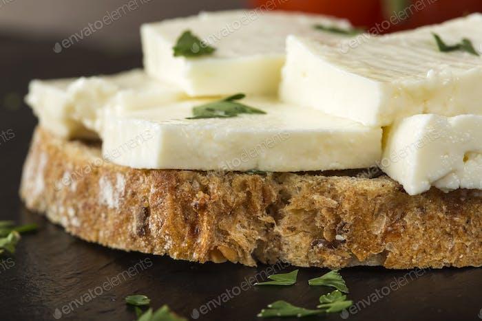 Offenes Sandwich mit Telemea Käse