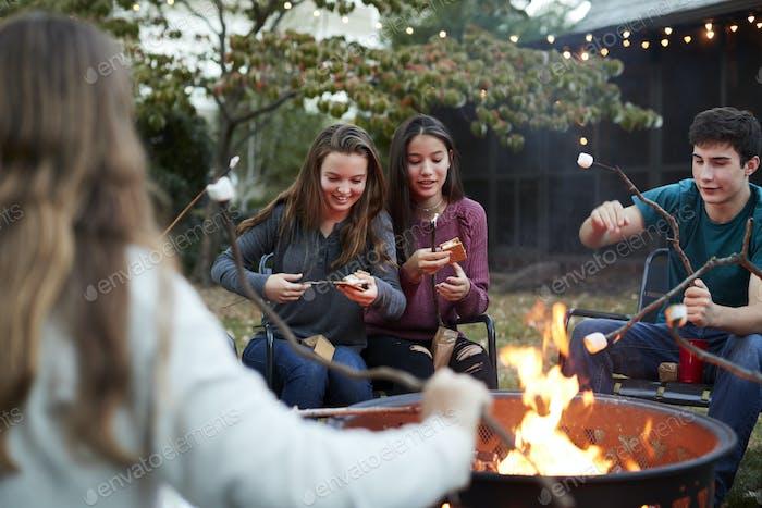 Teenage Freunde machen Somores mit gerösteten Marshmallows