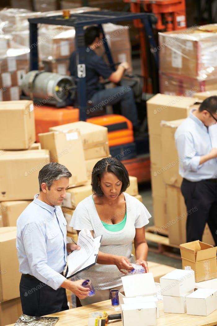 Arbeiter im Lager Waren für den Versand vorbereiten