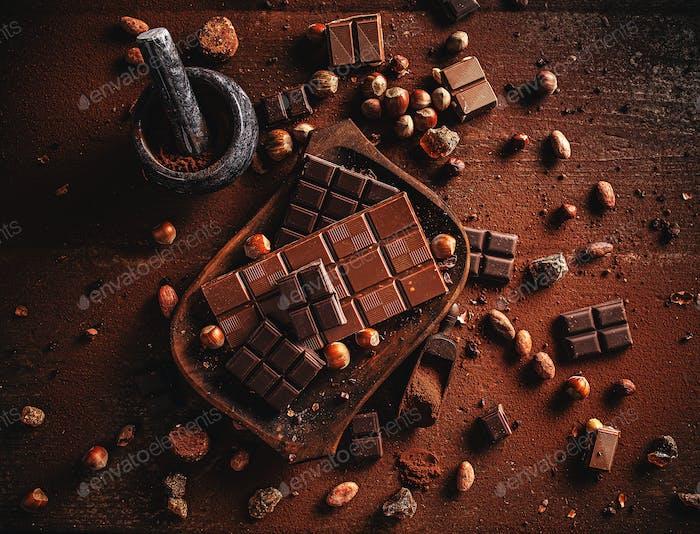 Kakaopulver, Bohnen und Schokoladenriegel
