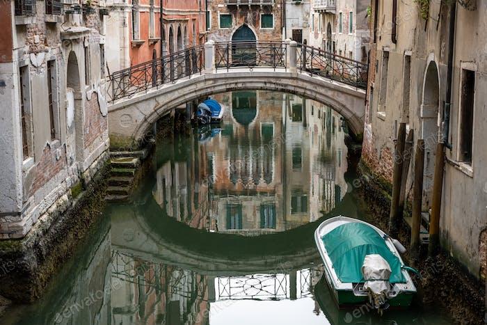 Ruhige Szene in einem der kleinen Kanäle in Venedig