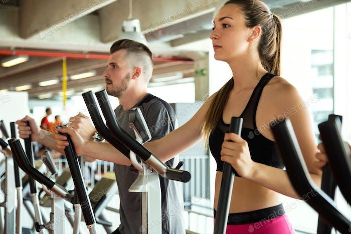 Gruppe von Menschen, die ihre Beine trainieren Cardio-Training in g