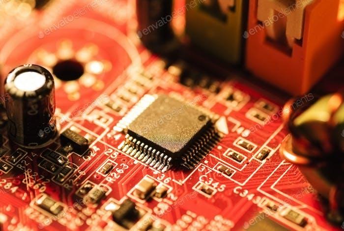 Das Motherboard und viele kleine Teile und Chips für den Computer