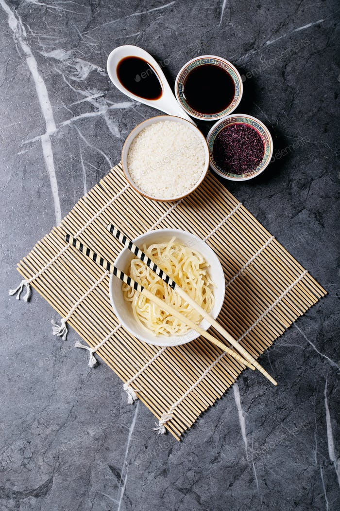 Nudeln und Reis mit Teriyaki-Sauce
