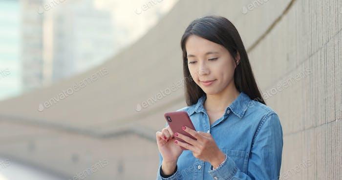 Junge Frau Nutzung des Mobiltelefons