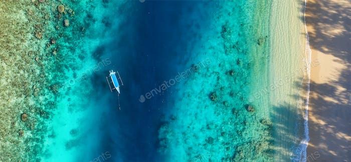 Riff und Boot als Hintergrund. Gili Meno Inseln, Indonesien
