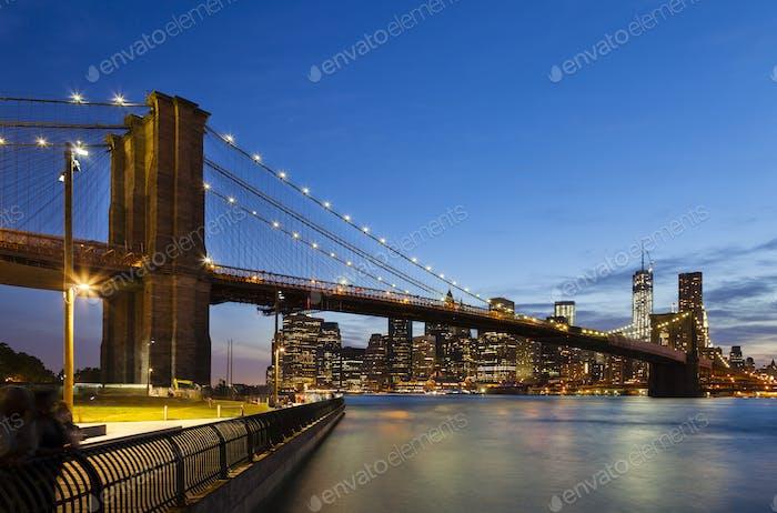 Puente de Brooklyn en Novedad York por la noche