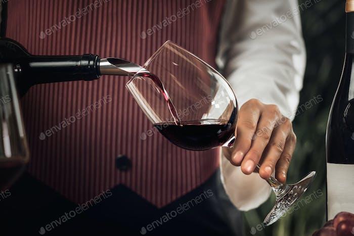 Rotwein Gießen in Weinglas
