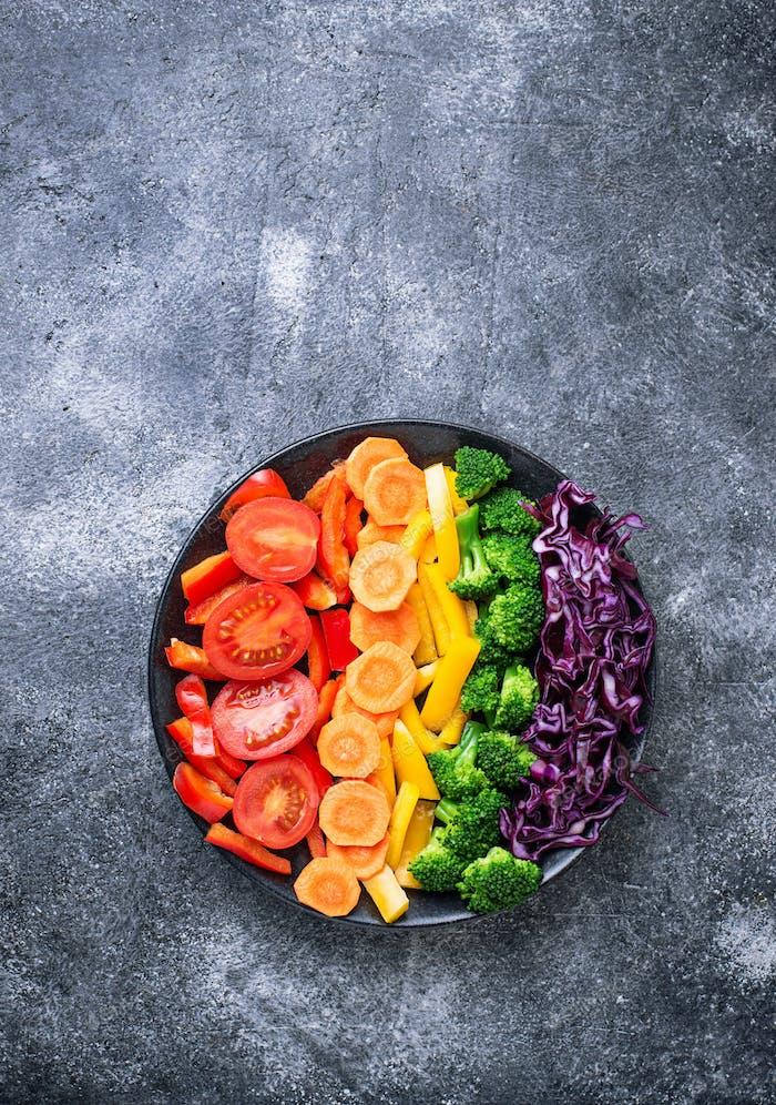 Frische gesunde vegetarische Regenbogen-Salat
