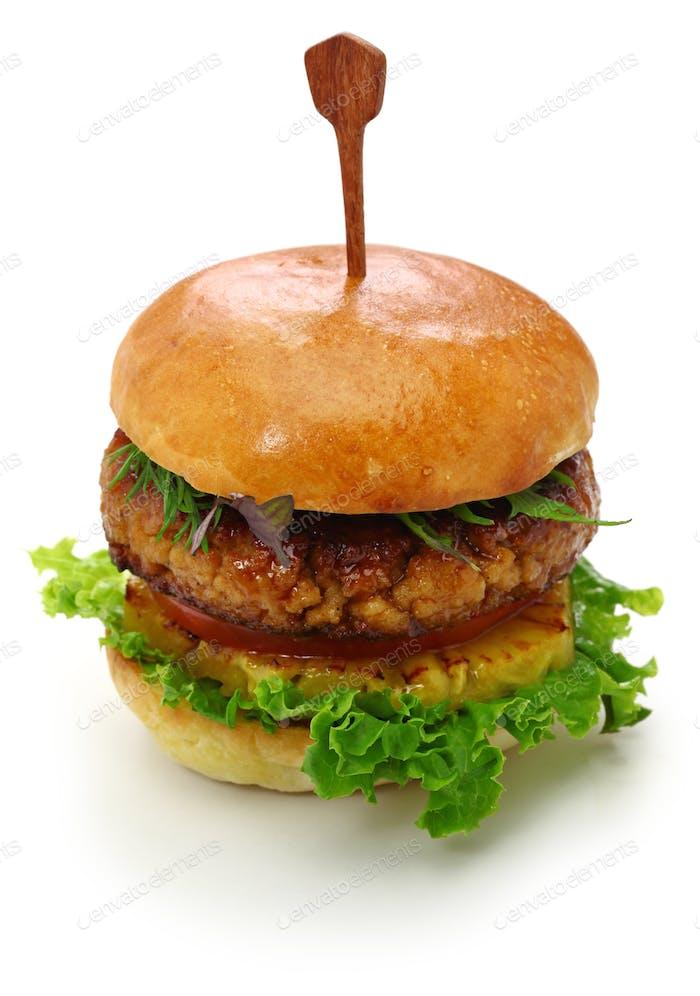 hausgemachte vegane Burger isoliert auf weißem Hintergrund