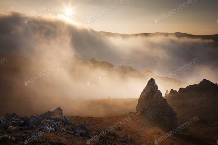 Berghänge im Nebel