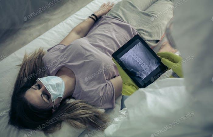 Kranke Frau liegt auf einer Bahre in einem Krankenhaus