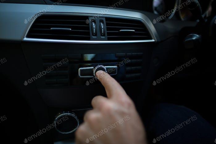 Abgeschnittene Handeinstellung der Lautstärke im Auto