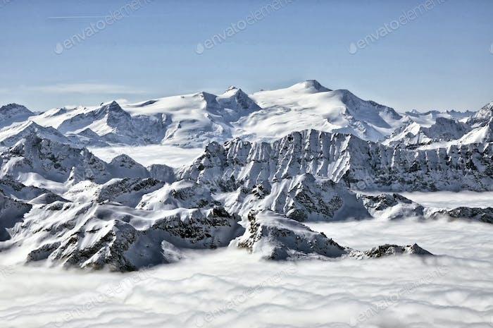 Schneebedeckte Berggipfel in den Alpen.