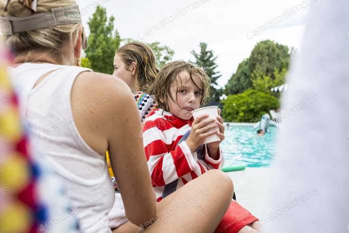 5 year old boy and his siter,poolsde