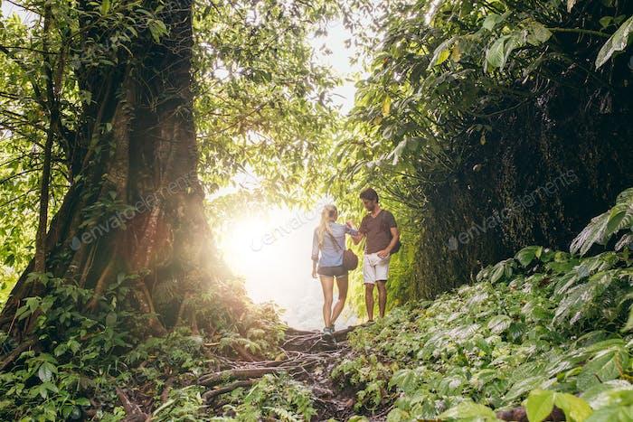 Paar Wandern im tropischen Dschungel