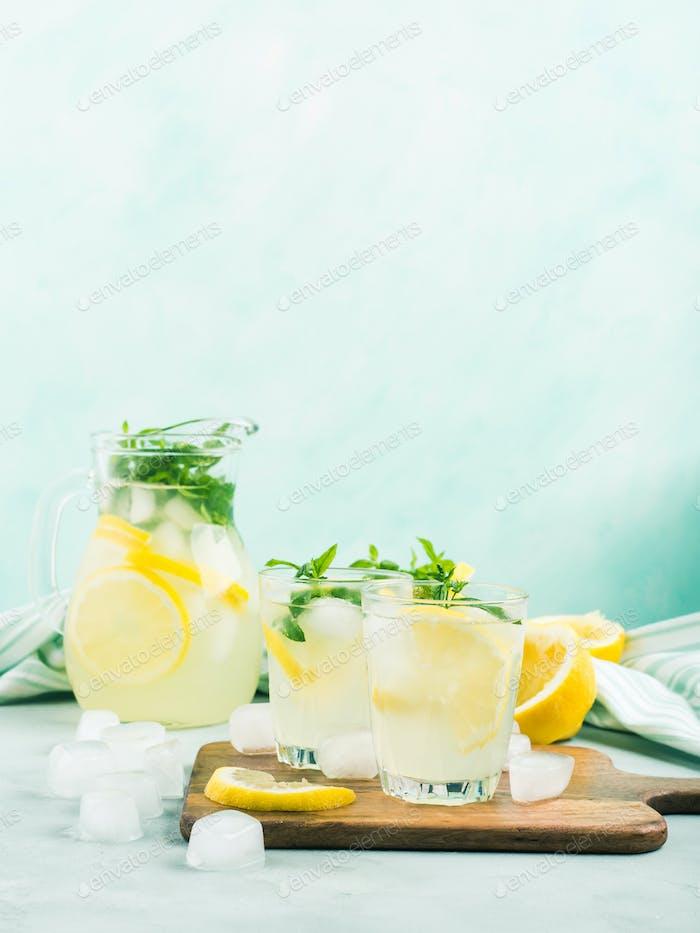 Frische Zitronenlimonade in Krug und Gläsern