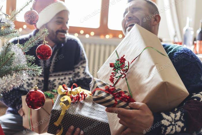 Familie zu Hause teilen Geschenke für Weihnachten