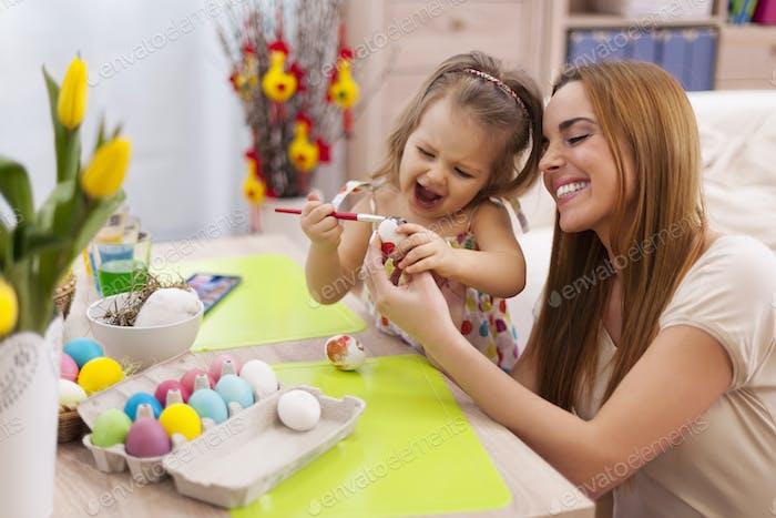 Glückliche Familie in Ostern