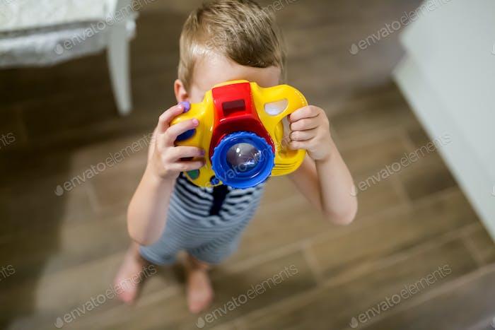 Niedlicher Junge wird Fotograf