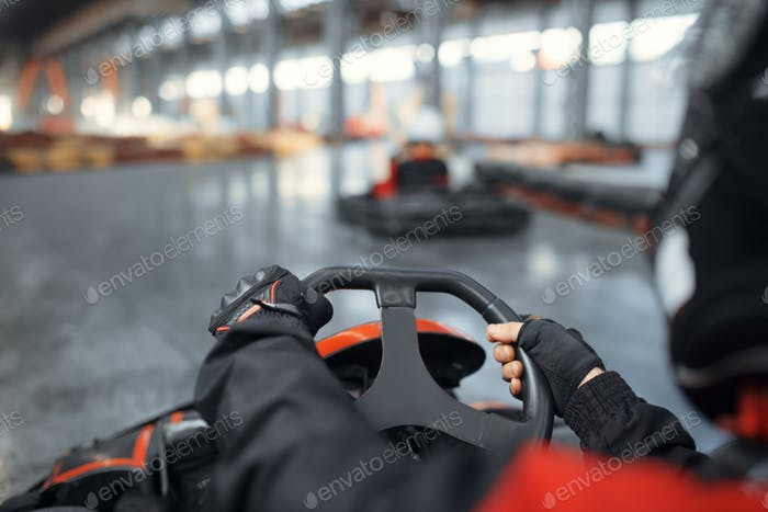 Racer im Helm fahren gehen Kart Auto