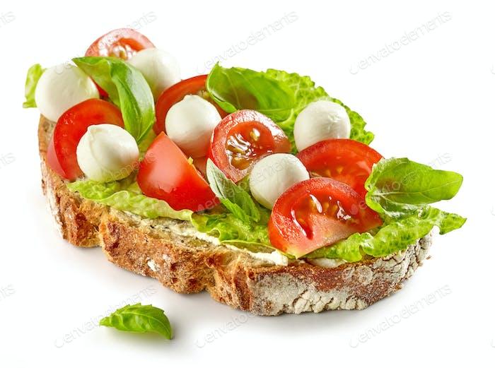 Scheibe Brot mit Tomaten und Mozzarella
