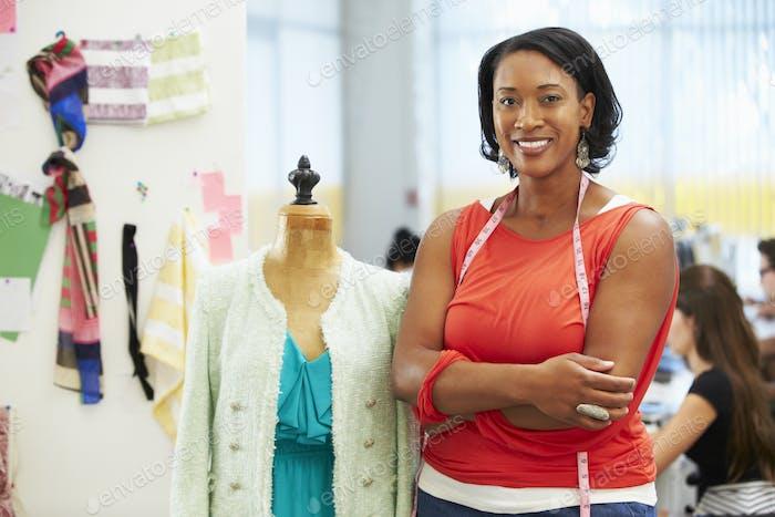 Modedesigner im Studio