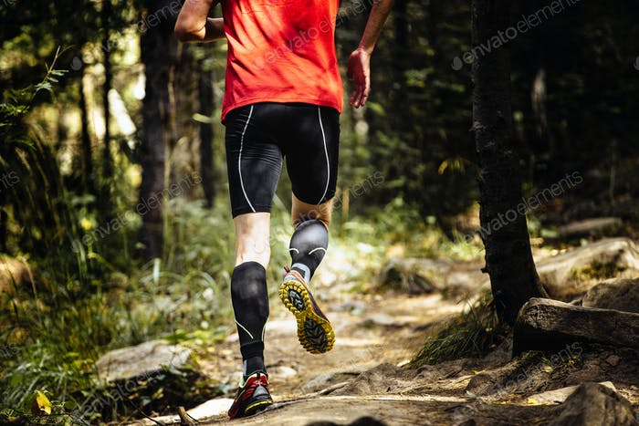 Marathonläufer Laufen auf Steinen im Wald