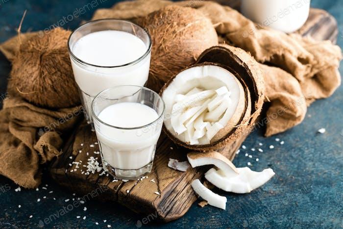 Frische Kokosmilch im Glas, vegan nicht Milchprodukte gesundes Getränk