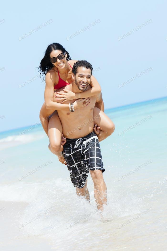 Huckepack Fahrt mit glücklich Mann und Frau