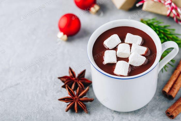 Festliche Weihnachten Heiße Schokolade mit Marshmallow und Zimtstange