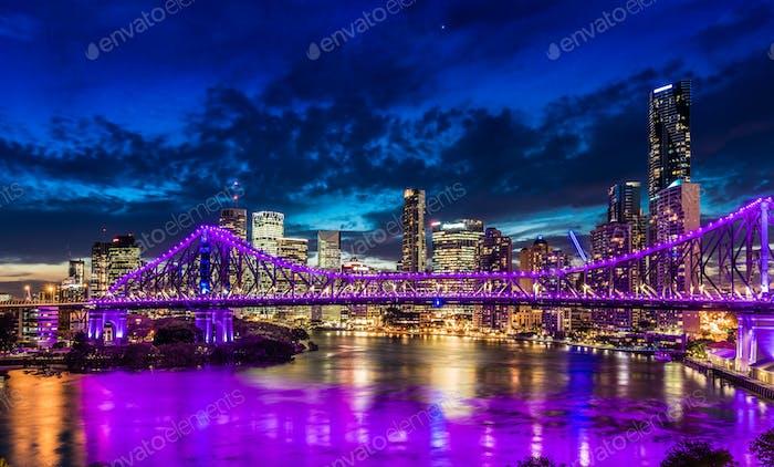 Panorama Noche de la Ciudad de Brisbane con luces púrpuras en Historia