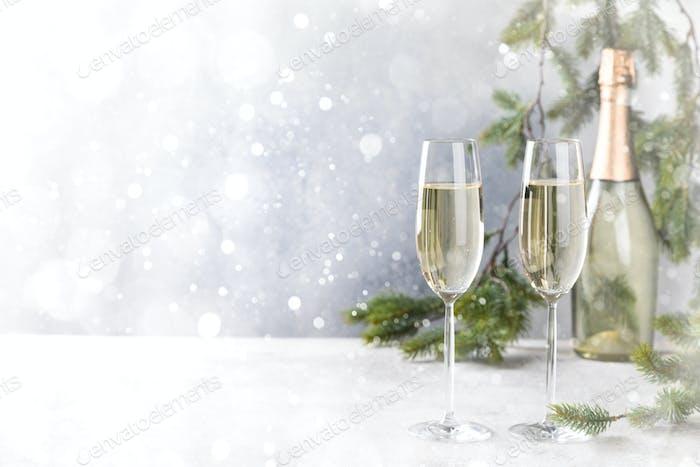 Weihnachts-Neujahrs-Grußkarte. Lichteffekt Bokeh