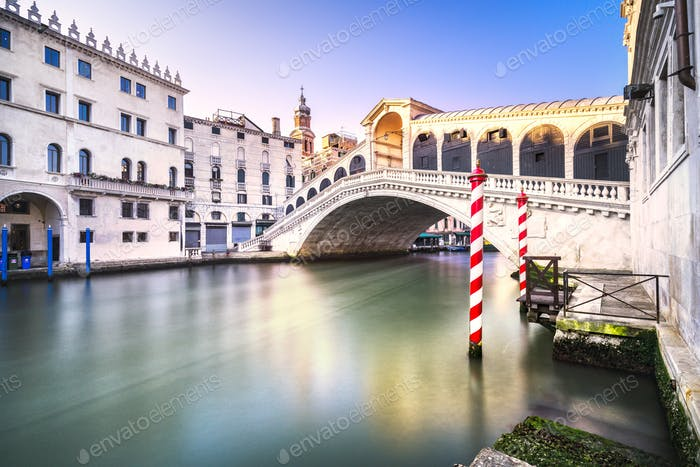 Canal Grande Venedig, Rialtobrücke bei Sonnenaufgang. Italien